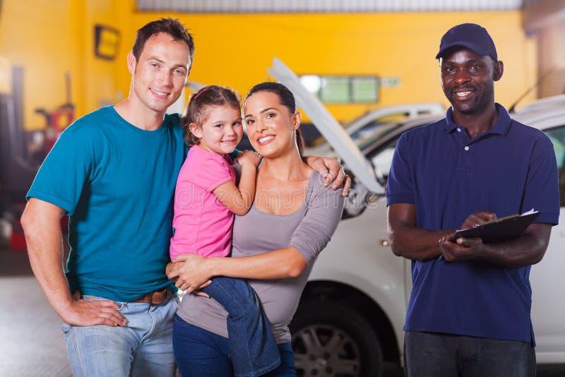 De autowerktuigkundige van de familie stock afbeelding