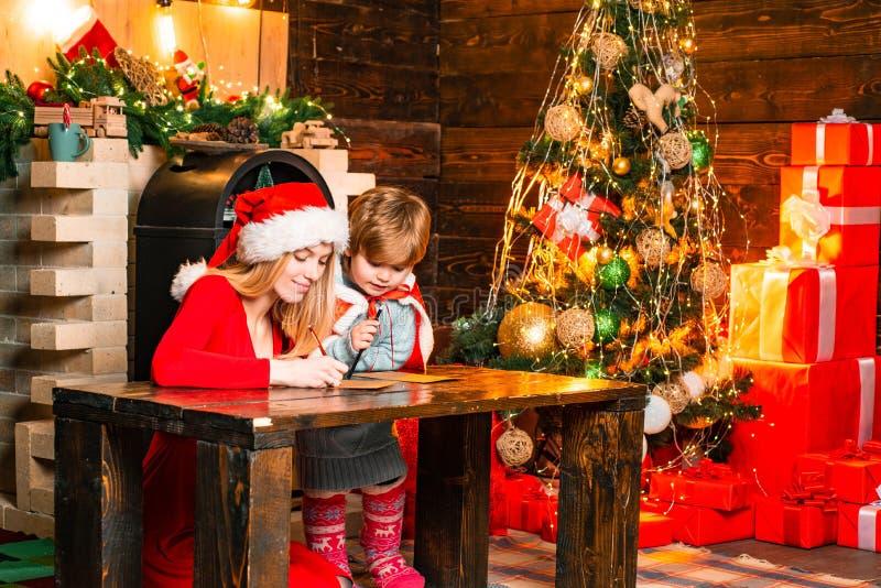 Gelukkige Familie Ge?soleerd op witte achtergrond Santa Claus-komst Moeder en weinig aanbiddelijke vriendschappelijke familie die royalty-vrije stock fotografie