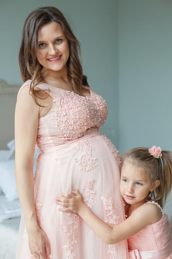 Gelukkige Familie Glimlachende moeder en dochter stock foto's