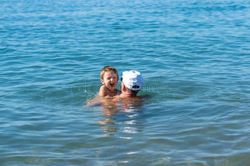 Gelukkige Familie Grootvader en het glimlachen kleinzoon het spelen bij het overzees Positieve menselijke emoties, gevoel, stock foto's