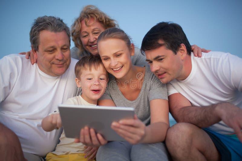 Gelukkige familie het besteden tijd met stootkussen openlucht stock foto