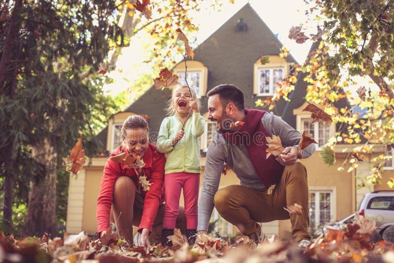 Gelukkige familie het besteden tijd samen Het seizoen van de herfst Weg in dalingsbos stock foto's