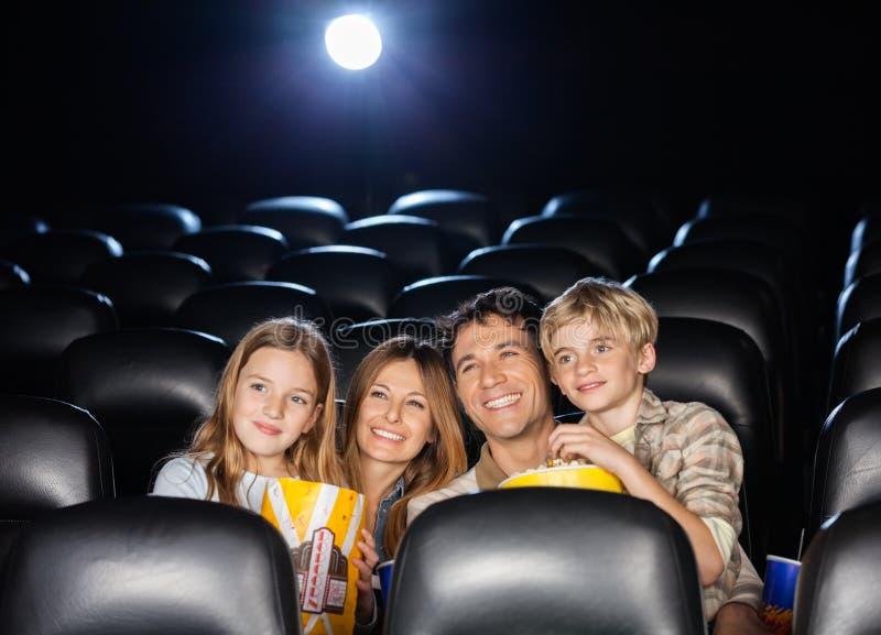 Gelukkige Familie het Letten op Film in Theater stock afbeeldingen