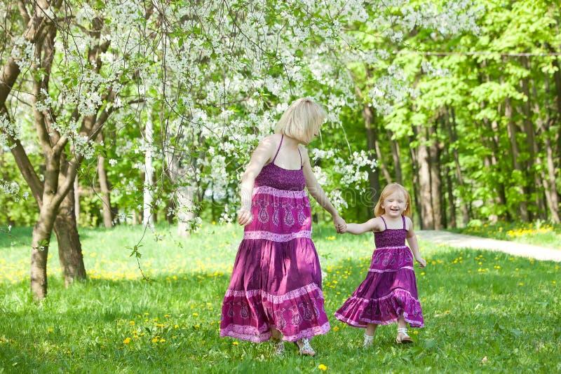 Gelukkige familie in het park royalty-vrije stock foto