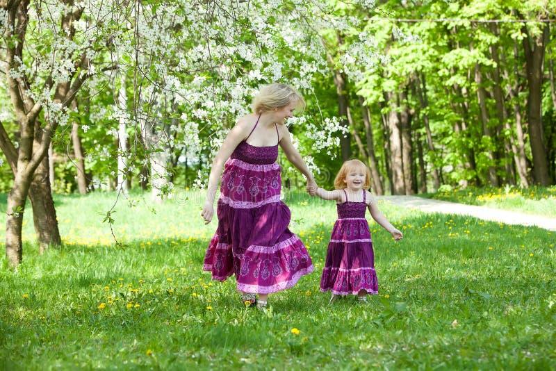 Gelukkige familie in het park stock fotografie