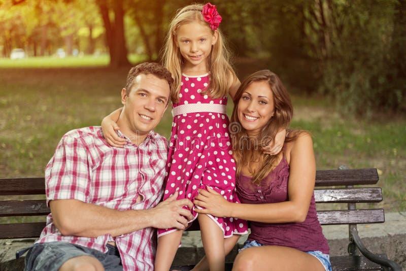 Gelukkige familie in het park royalty-vrije stock foto's