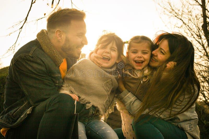 Gelukkige familie in het park stock afbeelding