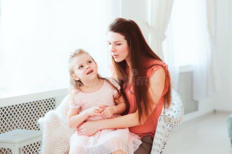 Gelukkige familie het vieren moedersdag stock afbeelding