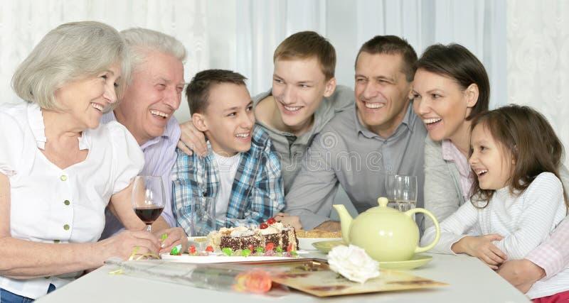 Gelukkige familie het vieren verjaardag stock foto's