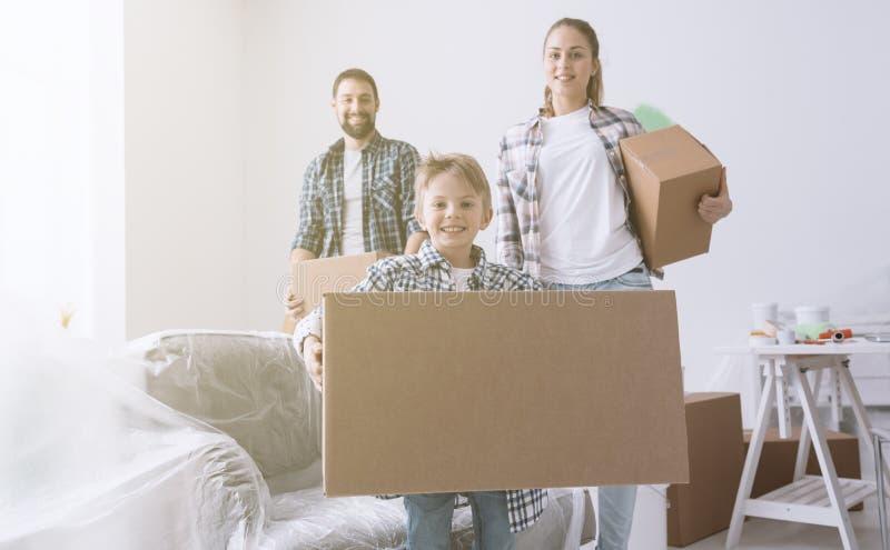 Gelukkige familie in hun nieuw huis royalty-vrije stock fotografie
