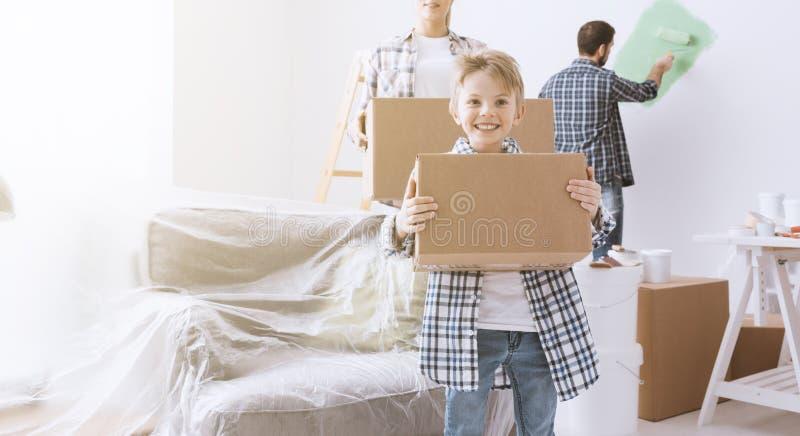 Gelukkige familie in hun nieuw huis royalty-vrije stock afbeelding