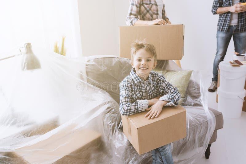 Gelukkige familie in hun nieuw huis stock fotografie