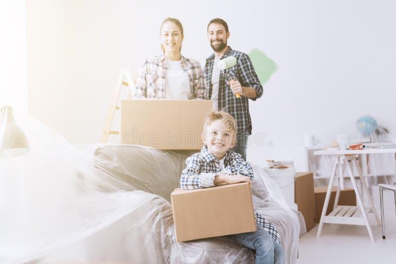 Gelukkige familie in hun nieuw huis stock foto