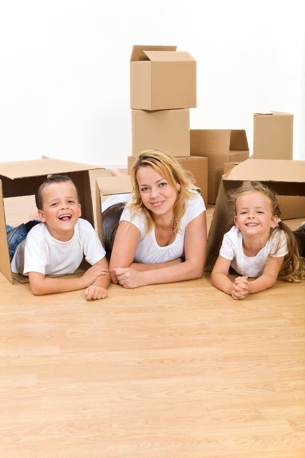 Gelukkige familie in hun nieuw huis stock foto's