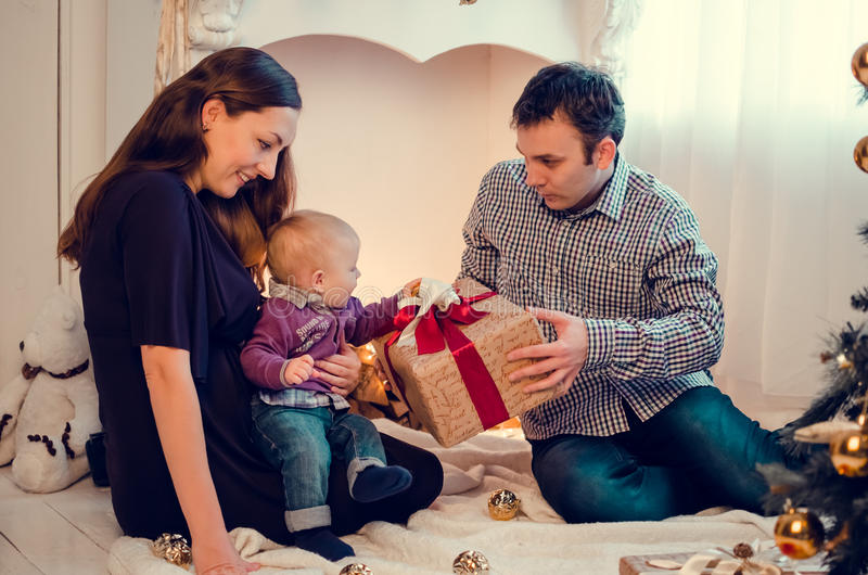 Gelukkige familie in Kerstmistijd stock afbeeldingen