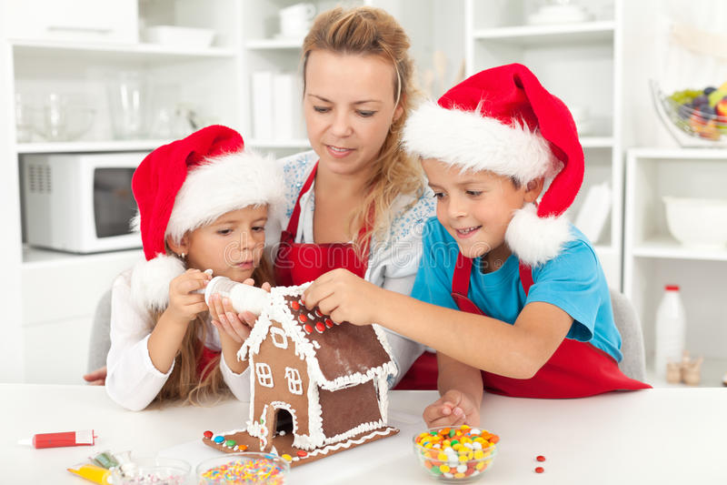 Gelukkige familie in Kerstmistijd in de keuken royalty-vrije stock foto's
