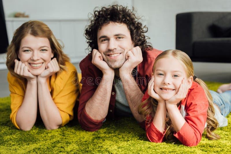 gelukkige familie met één samen en kind die liggen glimlachen royalty-vrije stock afbeelding