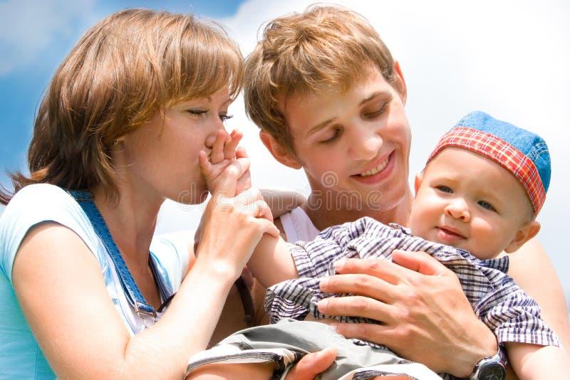 Gelukkige familie met baby over blauwe hemel royalty-vrije stock fotografie
