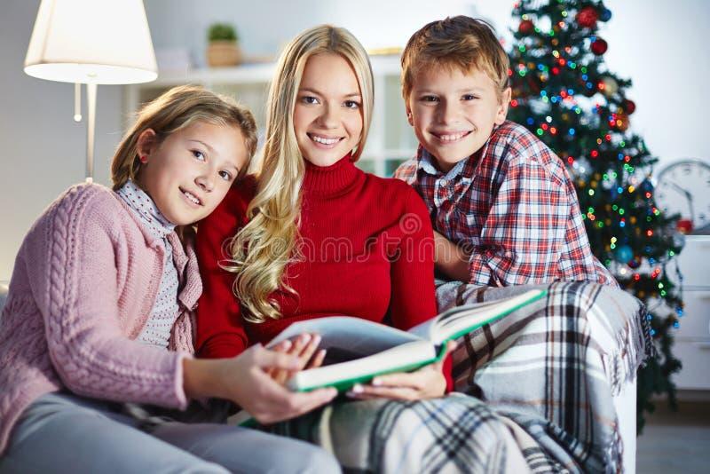 Gelukkige familie met boek stock afbeelding