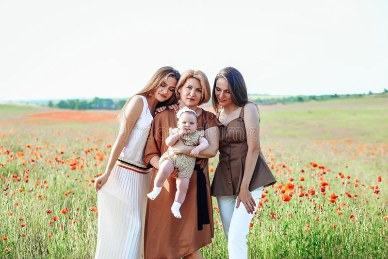 Gelukkige familie met de babygang van het babykind in aard stock afbeelding