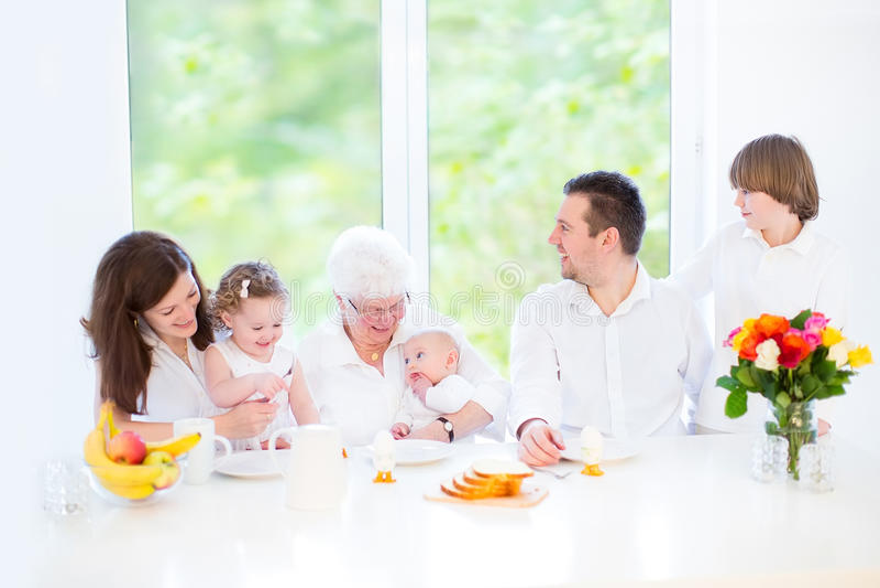Gelukkige familie met drie kinderen die grootmoeder bezoeken royalty-vrije stock foto's