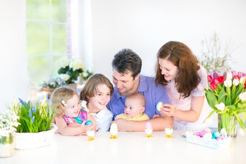 Gelukkige familie met drie kinderen die van breakfas genieten stock afbeeldingen