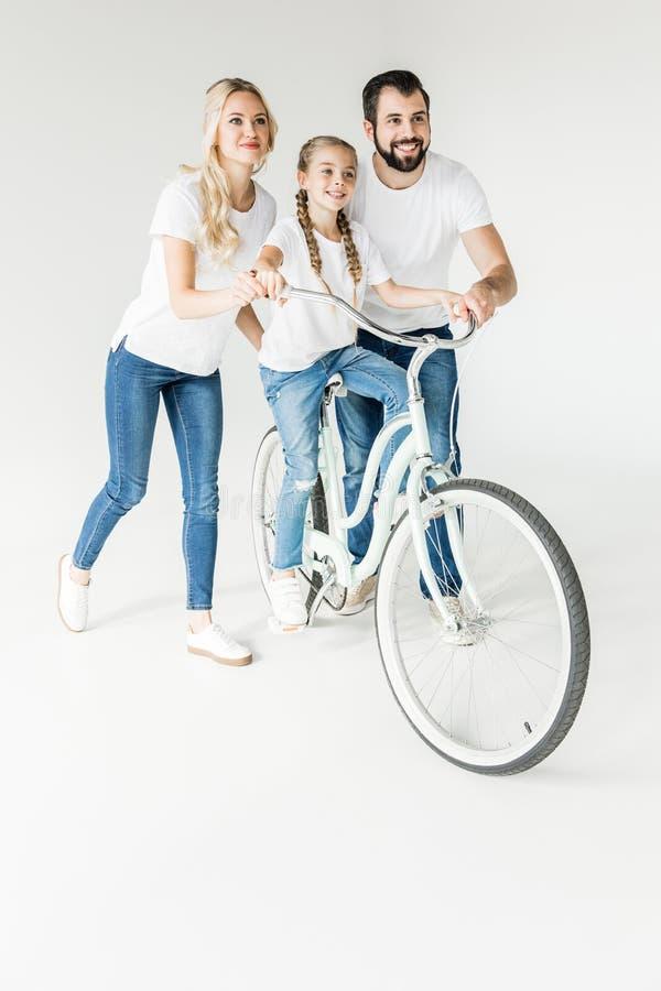 Gelukkige familie met fiets stock foto's