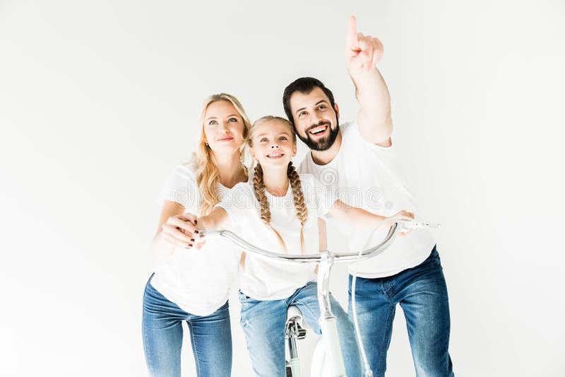 Gelukkige familie met fiets stock afbeeldingen