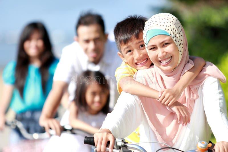 Gelukkige familie met fietsen royalty-vrije stock afbeeldingen