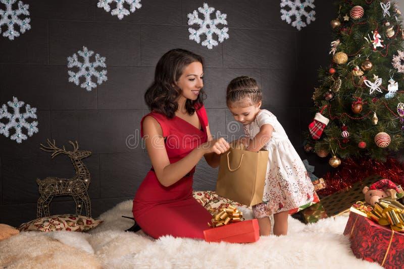 Gelukkige familie met giften De decoratie van Kerstmis stock afbeeldingen