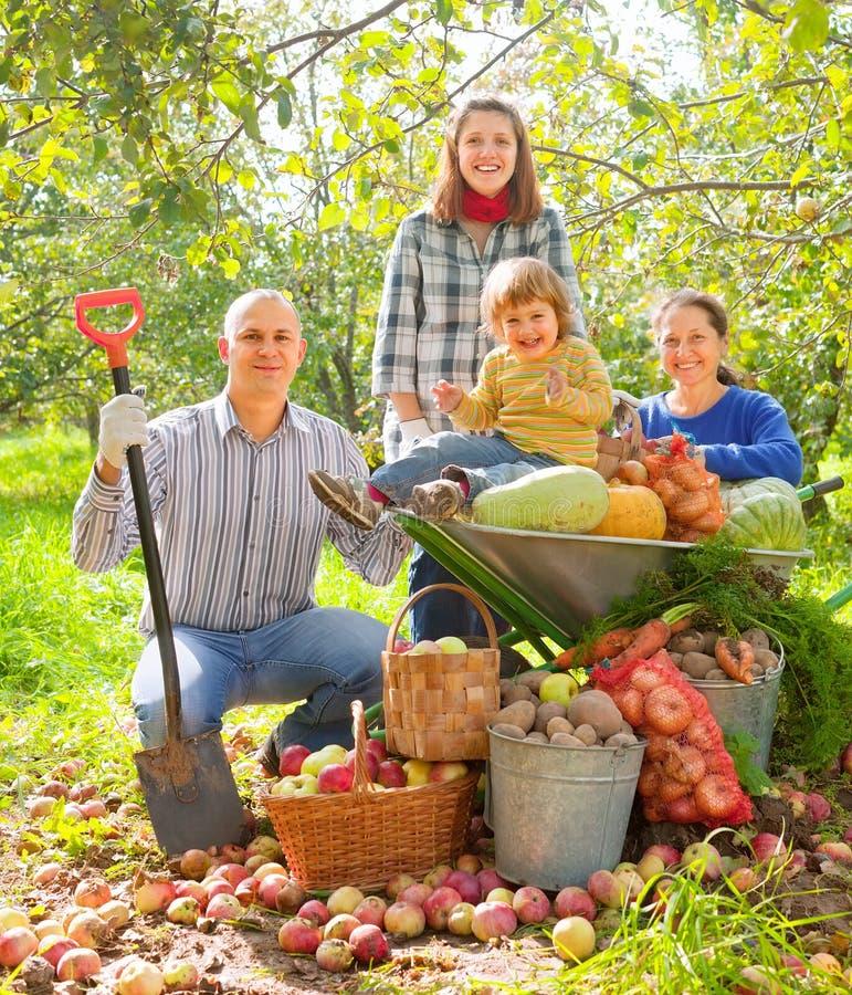 Gelukkige familie met groentenoogst stock fotografie