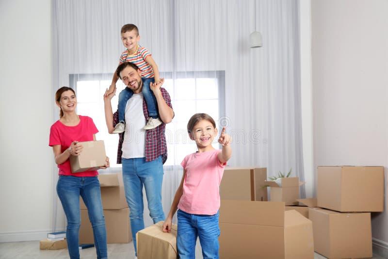 Gelukkige familie met het bewegen van dozen in hun huis royalty-vrije stock foto