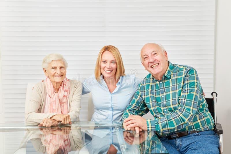 Gelukkige familie met jong vrouw en oudstenpaar thuis royalty-vrije stock foto's