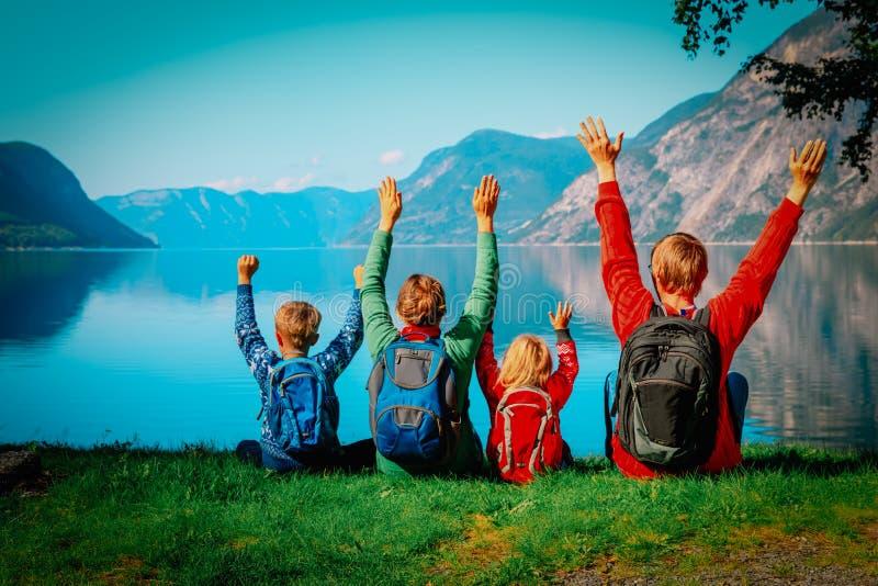 Gelukkige familie met jonge geitjesreis in aard royalty-vrije stock foto's