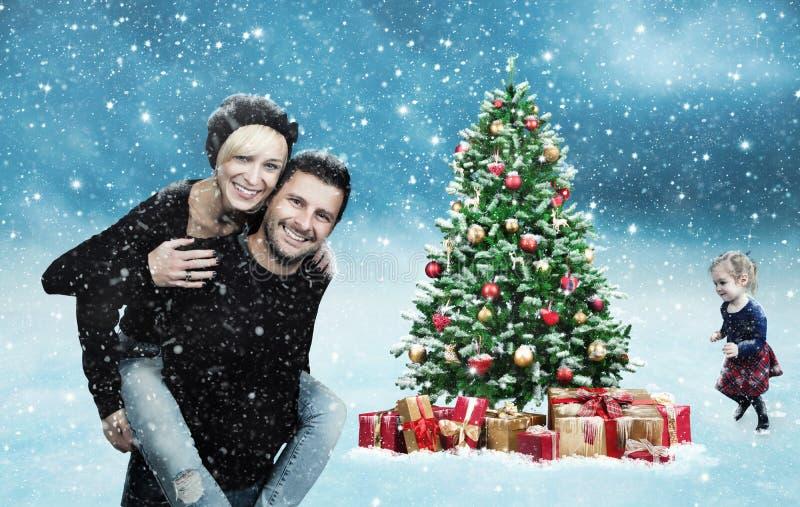 Gelukkige familie met Kerstboom stock foto's
