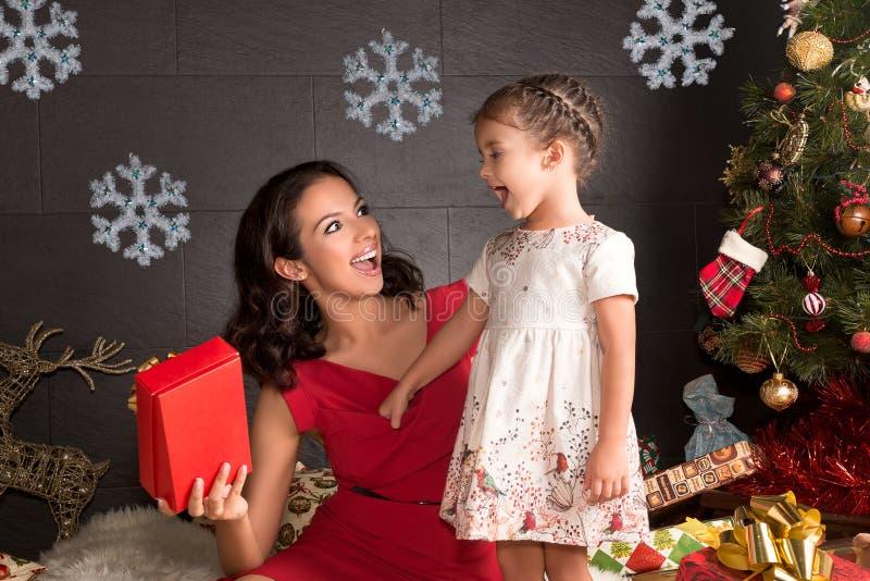 Gelukkige familie met Kerstmisgiften royalty-vrije stock foto