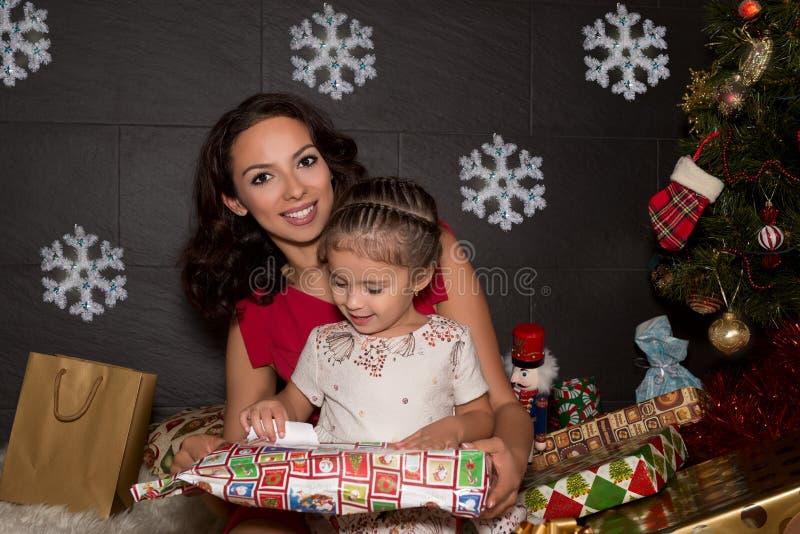Gelukkige familie met Kerstmisgiften stock fotografie