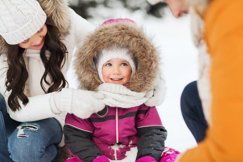 Gelukkige familie met kind in de winterkleren in openlucht royalty-vrije stock foto