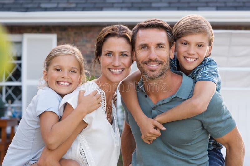 Gelukkige familie met kinderen stock foto's