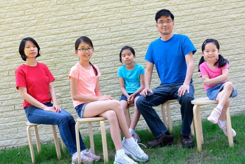 Gelukkige familie met kinderen in openlucht tijdens de zomer stock foto