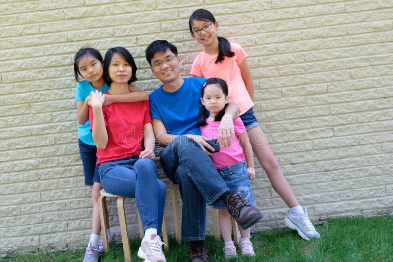 Gelukkige familie met kinderen in openlucht tijdens de zomer stock fotografie
