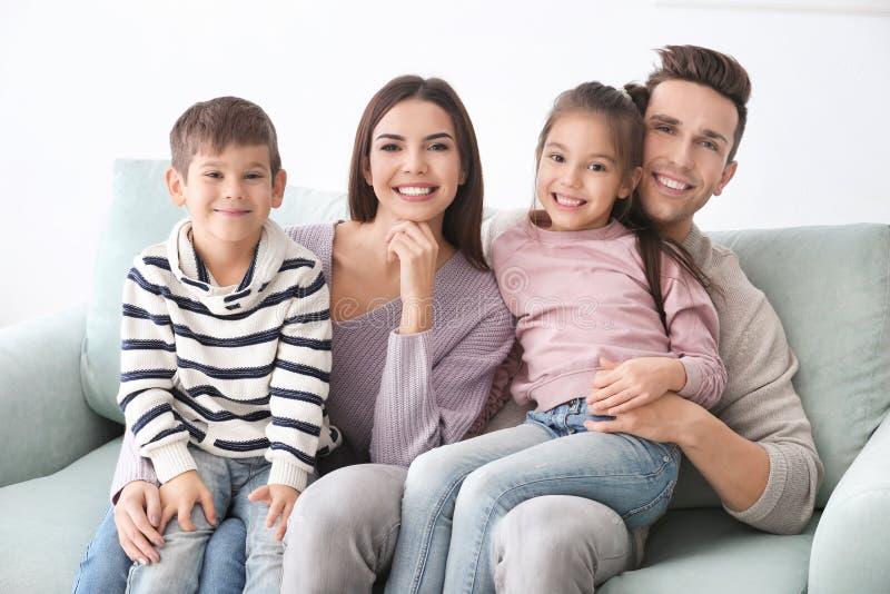 Gelukkige familie met kleine kinderen stock afbeeldingen
