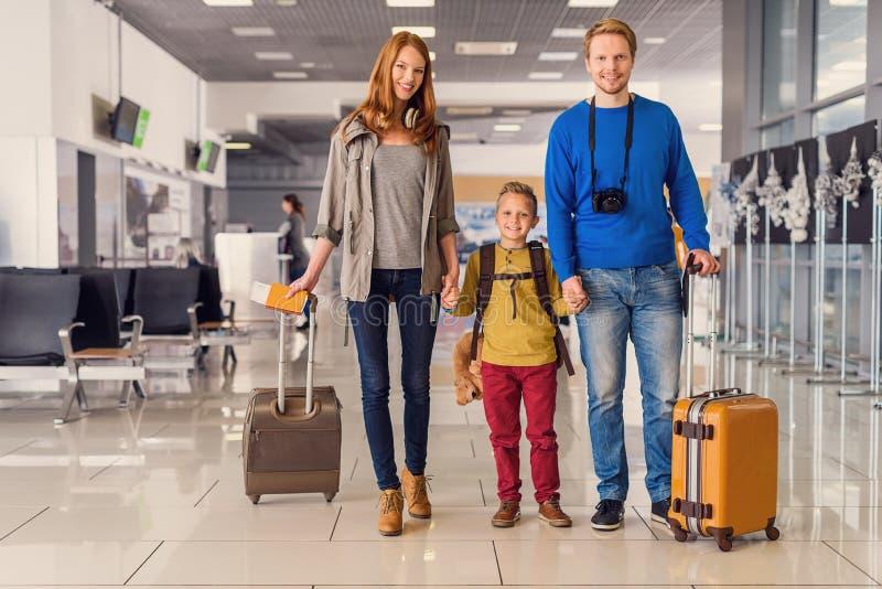 Gelukkige familie met koffers in luchthaven royalty-vrije stock foto's