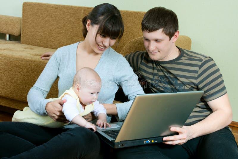 Gelukkige familie met laptop royalty-vrije stock fotografie