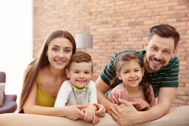 Gelukkige familie met leuke kinderen op bank royalty-vrije stock afbeeldingen