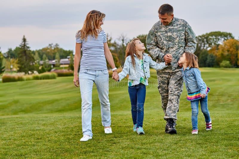 Gelukkige familie met militairvader openlucht lopen royalty-vrije stock foto's