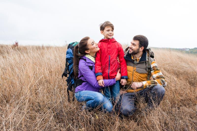Gelukkige familie met rugzakken het omhelzen royalty-vrije stock foto