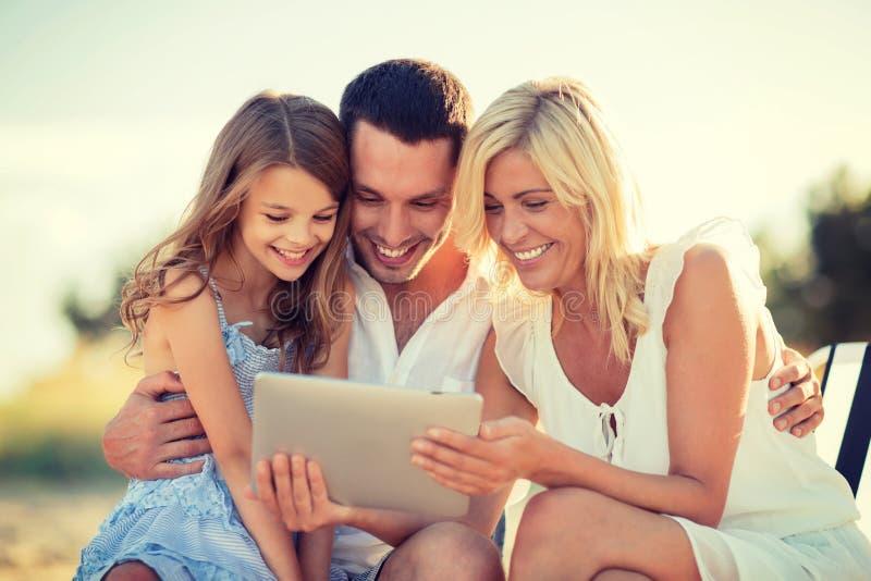 Gelukkige familie met tabletpc die beeld nemen royalty-vrije stock foto's