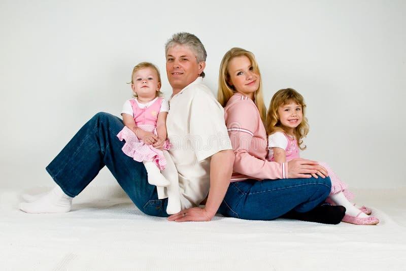 Gelukkige familie met twee dochters royalty-vrije stock afbeeldingen