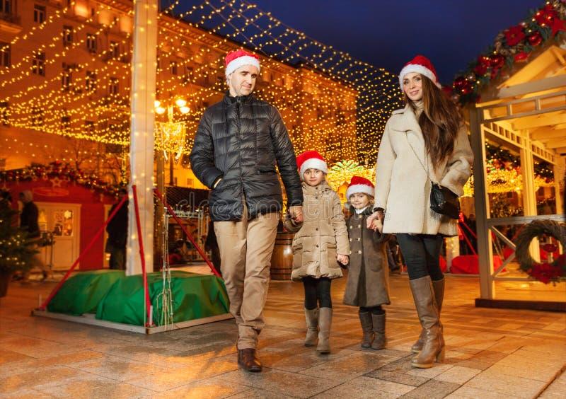 Gelukkige familie met twee dochters bij het stadspark royalty-vrije stock afbeelding